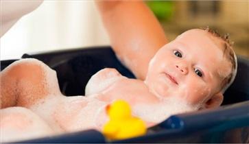 بهترین زمان برای حمام کردن نوزاد چه موقع است؟